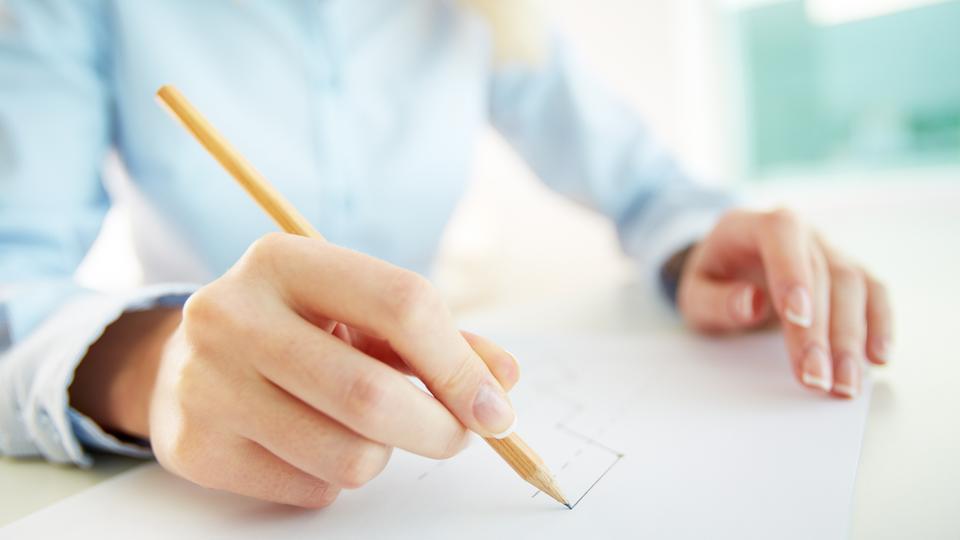 Eine Frau zeichnet mit der Hand