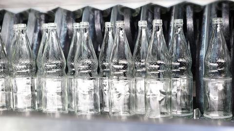 Mineralwasserflaschen auf dem Band