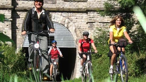 Radler vor dem Tunnel auf dem Milseburgradweg