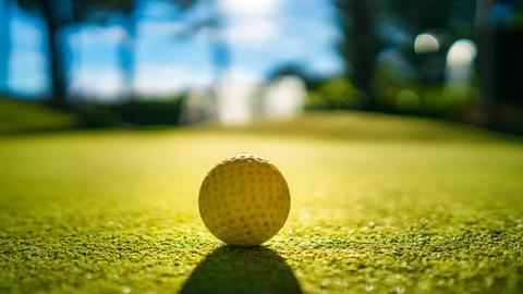 Blick auf einen Minigolfplatz - der Ball liegt bereit.