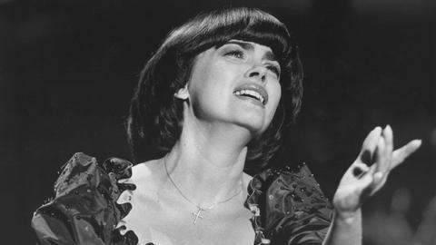 """ie französische Schlagersängerin Mireille Mathieu bei ihrem Auftritt anlässlich der ZDF-Auftaktsendung zur Glücksspirale 1983 """"Start ins Glück"""""""