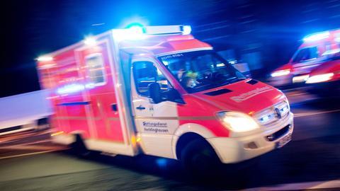 Ein Krankenwagen mit eingeschaltetem Blaulicht