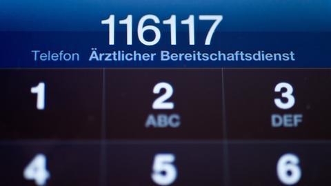Notfallnummer 116 117 auf dem Display eines Telefons