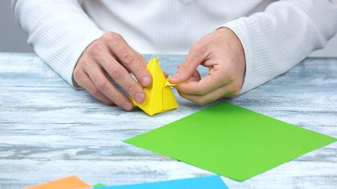Gute Wünsche auf einen Origami-Bogen notieren und dann falten