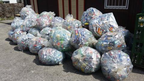 Säcke mit leeren Einwegflaschen
