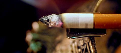 Qualmende Zigarette