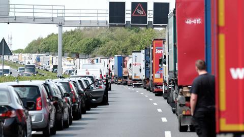 Autofahrer bilden auf der Autobahn eine Rettungsgasse