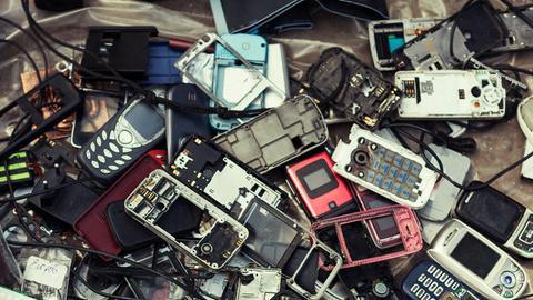Alte Handys - aus den Einzelteilen können wertvolle Rohstoffe gewonnen werden.
