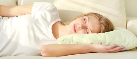 Eine Frau liegt im Bett