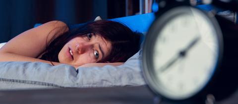 Eine Frau liegt nachts wach