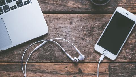 Smartphone und Laptop auf einem Tisch