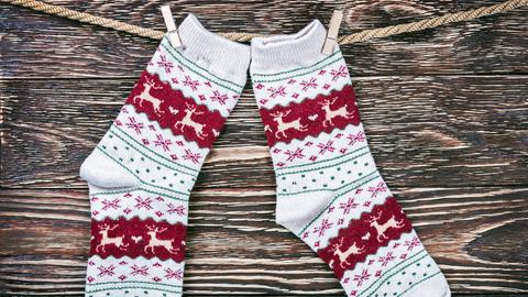 Weihnachtliche Socken an einer Wäscheleine