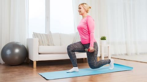 Sport kann man auch zu hause vor dem Sofa treiben