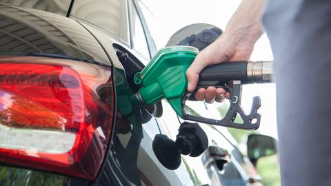 Ein Auto wird an einer Tankstelle betankt