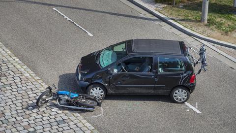 Zusammenstoß zwischen einem Motorrad und einem PKW