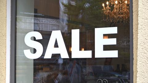 """""""Sale"""" steht an einem Schaufenster"""