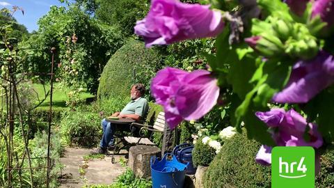 Thomas Pilgrim, der hr4-Garten-Doc, in seinem Garten