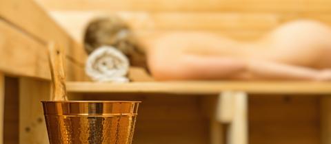 Eine Frau in der Sauna