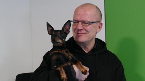 hr4-Moderator Hermann Hillebrand mit Zwergpinscher Benni