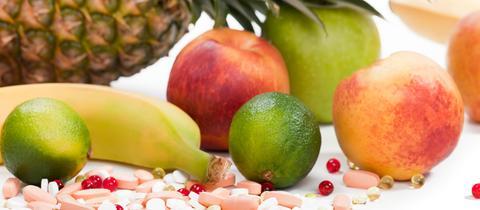 Tabletten und Obst