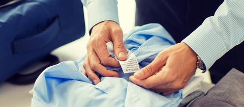 Wie waschen? Das Etikett in der Kleidung zeigt verschiedene Symbole. Wer sie versteht, macht alles richtig.