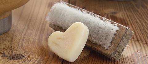 Waschbürste und herzförmige Seife