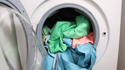 Wäsche in der geöffneten Waschmaschine