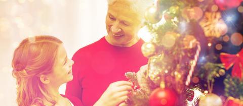 Großmutter und Enkelin am Weihnachtsbaum
