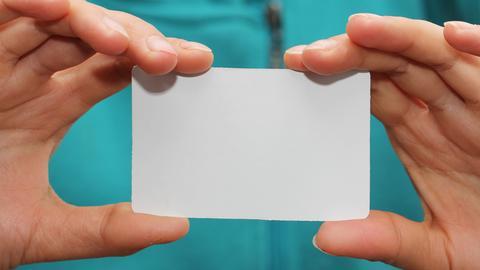 Leere Visitenkarte in den Händen eines Mannes