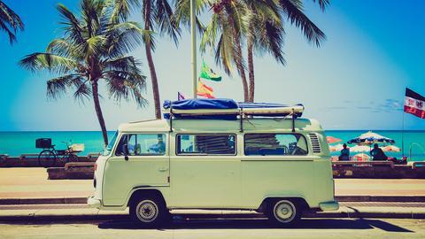 Alter VW-Bulli als Wohnmobil umgebaut am Strand