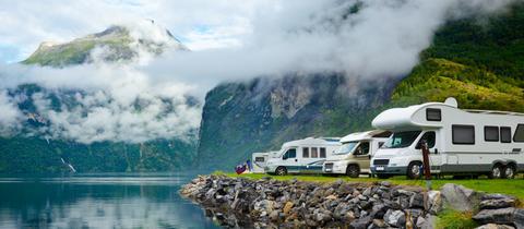 Wohnmobile auf einem Stellplatz in Norwegen
