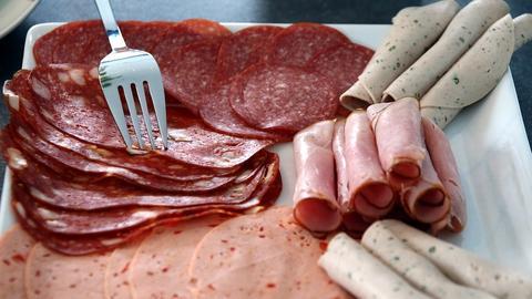 Salami, Mortadella und anderer Aufschnitt auf einer Platte angerichtet