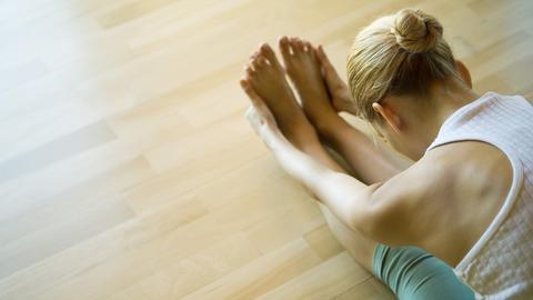 Eine Frau beim Yoga