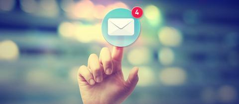 Zeigefinger-Touch auf einen Briefumschlag