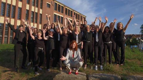 """Der Frauenchor """"Singflut"""" aus Burghaun zusammen mit Promi-Patin Pe Werner."""