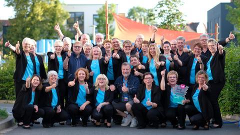 """Der Sieger des hr4-Chorwettbewerbs 2019: """"Borussia Sängergruß"""" aus Biskirchen mit ihrem Paten Marc Marshall"""
