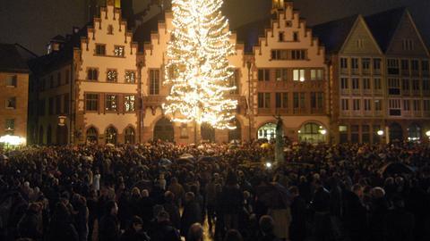 Tausende haben sich auf dem Römerberg versammelt und lauschen dem Glockenklang (2005)