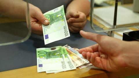 Bargeld wird am Bankschalter ausgezahlt