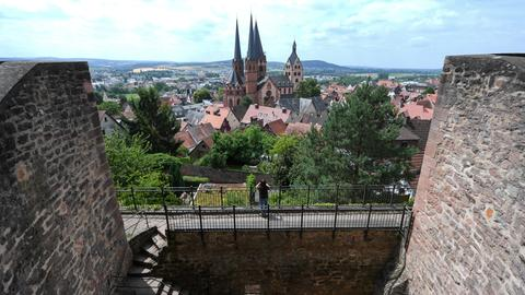 Blick von der Burgruine der ehemaligen Kaiserpfalz auf die evangelische Marienkirche (erbaut 1170-1250) in Gelnhausen (Main-Kinzig-Kreis, Hessen).