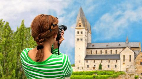 Frau fotografiert Kirchturm
