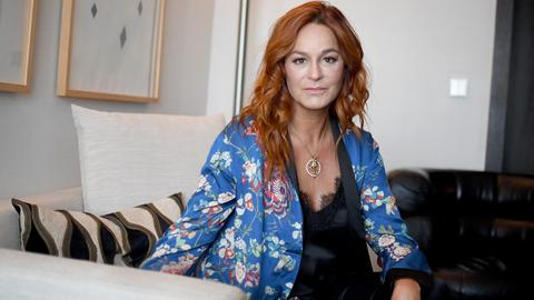 Andrea Berg auf Couch in ihrem Hotel