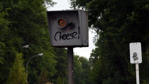 """Radarkamera mit dem aufgesprühten Wort """"Cheese!"""""""
