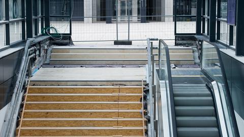 Zu kurze Rolltreppe am Berliner Flughafen BER