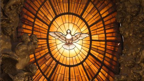 Ein Kirchenfenster mit einer Darstellung des Heiligen Geistes in Form einer Taube im Petersdom im Vatikan